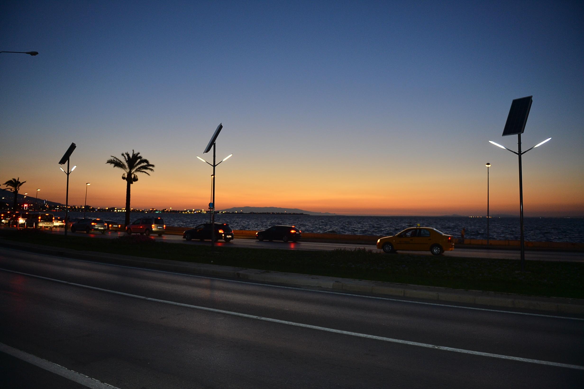 Sahil Bulvarı'na güneş enerjili aydınlatma